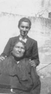 Loreto with his mother in Malta c1936 001